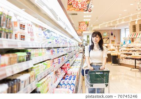 在一家超市購物的年輕女子 70745246