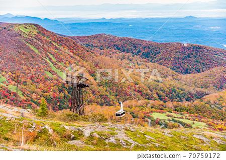 (To木縣)那須岳(Chausudake)和那須索道桑丘站附近的風景在秋天的顏色 70759172