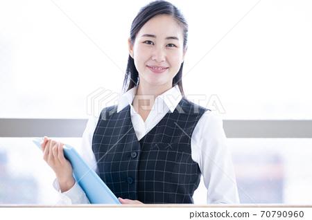 穿著醫務人員制服的女人的畫像 70790960