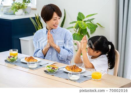 식당에서 아침 식사를 부모. 70802016