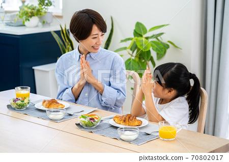 식당에서 아침 식사를 부모. 70802017