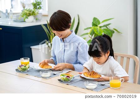 식당에서 아침 식사를 부모. 70802019