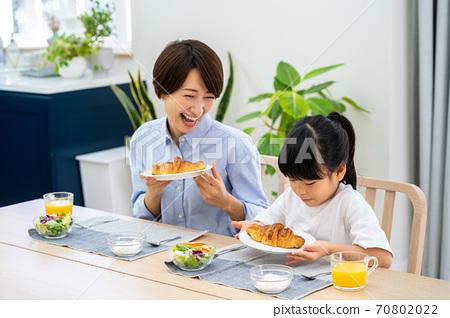 식당에서 아침 식사를 부모. 70802022
