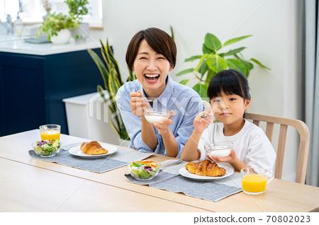 식당에서 아침 식사를 부모. 70802023