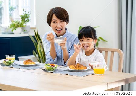 식당에서 아침 식사를 부모. 70802029