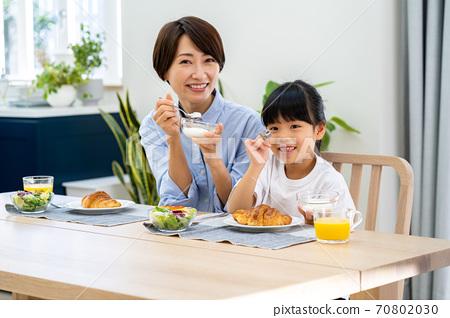 식당에서 아침 식사를 부모. 70802030