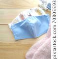 手工面具和温暖的袜子 70805593