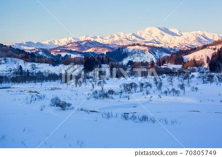 山形縣飯本町冬之冬照亮的飯代山 70805749