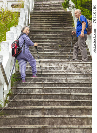 senior couple trying goes up the stairs 70810366