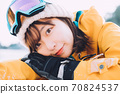 스키장에서 뒹굴 거리는 젊은 여성 70824537