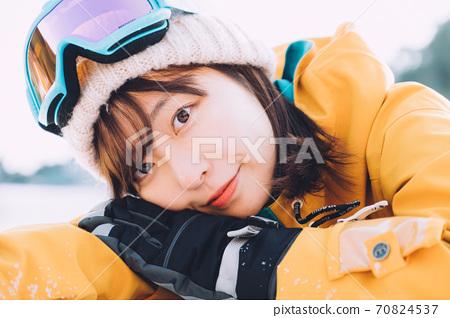 躺在斜坡上的年輕女子 70824537