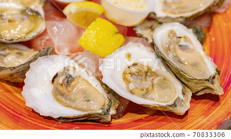 Close up shot of fresh raw oyster 70833306