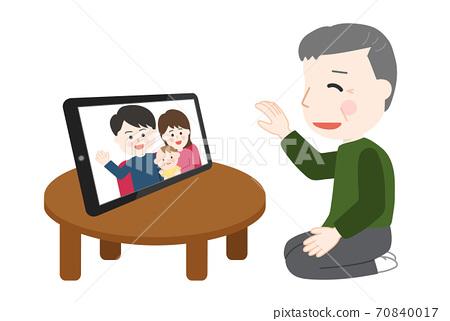 태블릿을 사용 온라인 귀성을하는 가족 (남성) 70840017