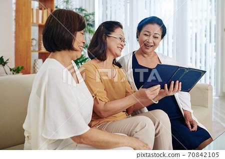Senior women discussing grandchildren 70842105