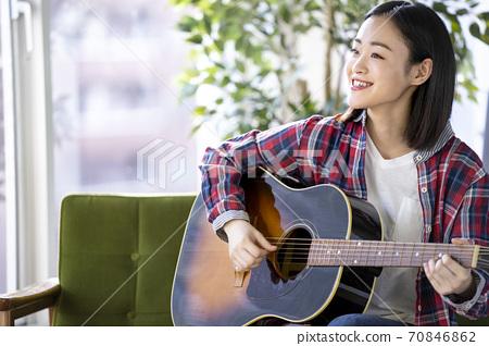 彈吉他的一位小姐 70846862