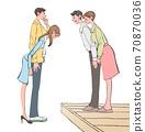 一個帶著女孩結婚的男人在家中向他的父母打招呼。婚姻準備,一對夫婦的例證。 70870036