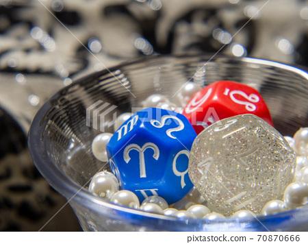 將三個算命骰子放在緊密的珍珠珠杯中 70870666
