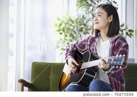 彈吉他的一位小姐 70873898