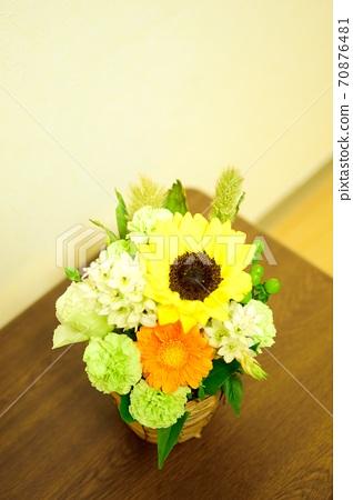 테이블 위에 생화 꽃 70876481