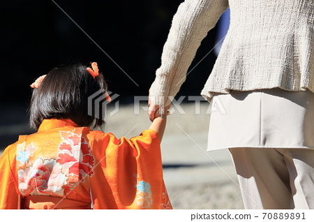 相連的手753件晴天的衣服家庭父母和孩子後視圖 70889891