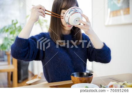 식사를하는 여성 70895266