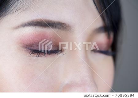 年輕女性的眼妝了 70895594