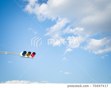 藍天,白雲和交通燈 70897417