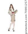 一個職業婦女,展開她的筆記本並保存文檔,文件和書籍 70901257