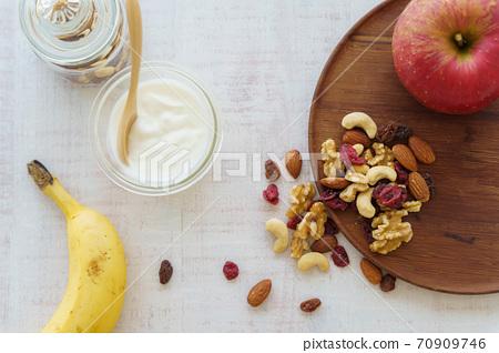 乾果和酸奶 70909746