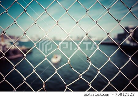 柵欄旁邊 70917325