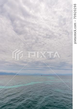 多雲的綠色小島 70920298