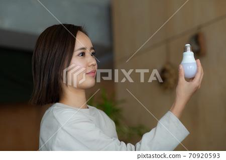 전구를 교체하는 여성 70920593