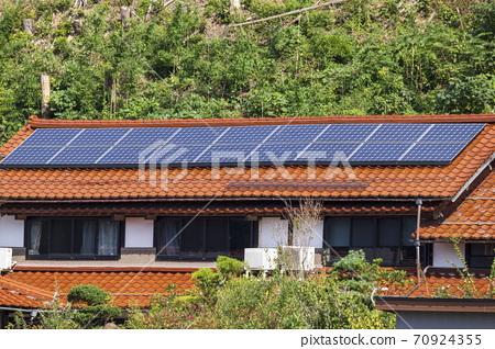 일본식 에코 주택과 뒷산의 녹색 70924355