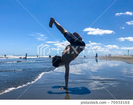 Blue sky, blue sea and boy dancer 70938168