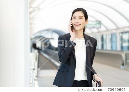 淺談智能手機[室外]的女商人 70940695