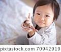 받는 제스처를하는 아기 70942919