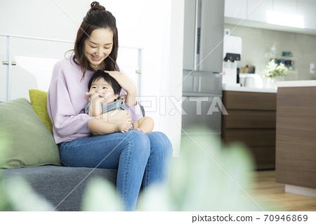 아기와 엄마 70946869