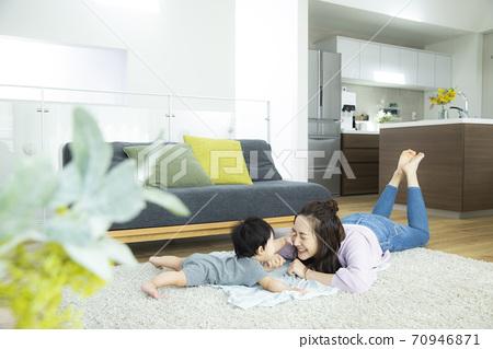 아기와 엄마 70946871