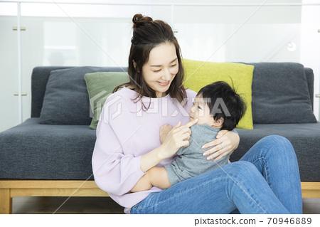 아기와 엄마 70946889