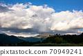 작은 산에 구름 덮는 70949241