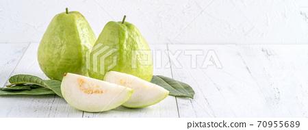 芭樂 番石榴 木頭 背景 鄉村 葉子 Guava white fruit leaf グアバ 果物 70955689