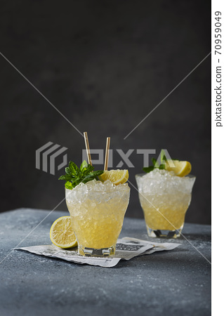 ellow cocktail with lemon, mint and crushed ice 70959049