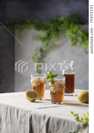 Cold summer tea with lemon and mint 70959191