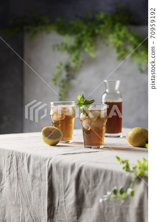Cold summer tea with lemon and mint 70959192