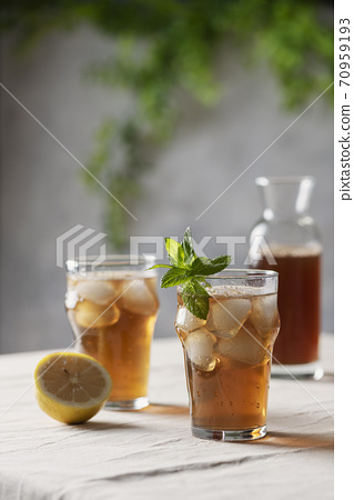 Cold summer tea with lemon and mint 70959193