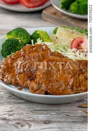 猪排 煎猪排 沙拉 餐盘 Juicy pork chops トンテキ とんかつ トンカツ 70959822