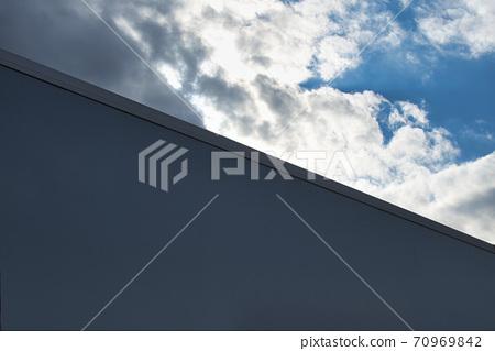 푸른 하늘 아래 큰 간판 70969842