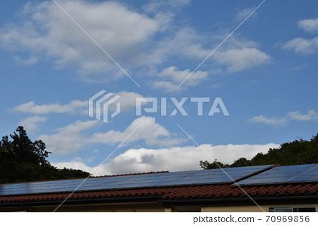 태양 광 발전이있는 건물 70969856
