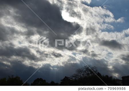 구름과 하늘의 대비 70969986