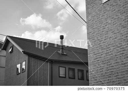 굴뚝과 푸른 하늘과 집 70970375